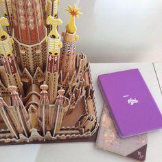 Mais um feriado chegando... Quem ai vai viajar?! Essas duas capas para passaporte estão sonhando em conhecer a Sagrada Familia, em Barcelona, de verdade! ✈️