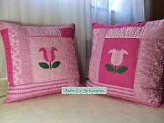 Para encerrar o mês de outubro trago mais duas capas de almofadas feitas em patchwork. Desta vez elas são rosas e com tulipas em patchcolag...