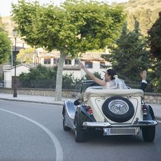 Nos vamos!! Coche de boda clásico #fotografodeboda #madrid Antique Cars, Madrid, Antiques, Instagram, Vehicles, World, Lets Go, Vintage Cars, Antiquities