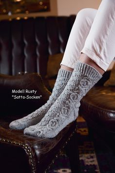 Knitted: Rusty pattern by Regina Satta. Knit Socks, Crochet Slippers, Knit Crochet, Sock Knitting, Knitting Ideas, Crocheting Patterns, Knitting Patterns, Boot Cuffs, Yarn Colors