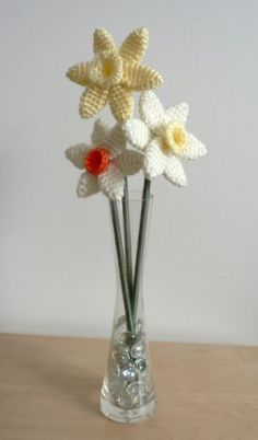 Crochet Daffodils. Free pattern from http://www.planetjune.com/blog/free-crochet-patterns/daffodils/#.