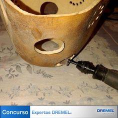 Paso 5) En los laterales alternaremos perforaciones pequeñas con agujeros de mayor diámetro, para variar el tipo y cantidad de Luz que se filtra. Todas las terminaciones se lijan para un acabado perfecto.