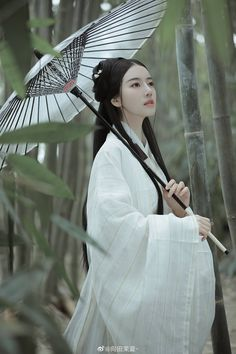 Many supporters believe that wearing Hanfu brings them a strong sense of nati. Chinese Traditional Costume, Traditional Dresses, Double Exposition, Ancient Beauty, Japanese Geisha, China Girl, Hanfu, Chinese Clothing, Poses