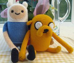 Crochet Finn and Jake from Adventure Time. @Alison Hobbs Coapes I wonder if we could work out the pattern? / Si tan sólo pudiera aprender crochet en un día?