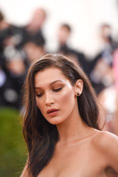 Bella Hadid - simple glowy makeup