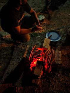 12 Shocking Camping Appearance Man Sitting Near Grill Food Snapchat, Instagram And Snapchat, Camping Lights, Diy Camping, Camping Images, Alcohol Aesthetic, Barbecue, Snap Food, Pub Food