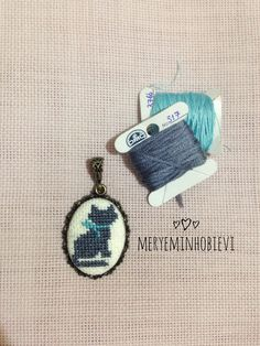 Kanaviçe kedi kolye Wool Embroidery, Modern Embroidery, Cross Stitch Embroidery, Baby Cross Stitch Patterns, Cross Stitch Designs, Diy Jewelry, Jewelery, Subversive Cross Stitches, Beaded Cross