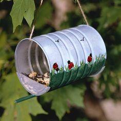DIY: Mangeoire à Oiseaux DIY: Vogelhäuschen, The post DIY: Vogelhäuschen appeared first on Marcia Sterling. Tin Can Crafts, Diy And Crafts, Arts And Crafts, Upcycled Crafts, Upcycled Garden, Diy For Kids, Crafts For Kids, Make A Bird Feeder, Bird Feeders For Kids To Make