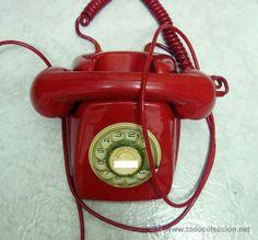 teléfono antiguo de color rojo