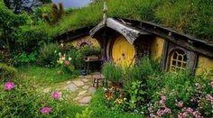"""Un proverbe français dit: """"Pour vivre heureux, vivons caché"""". Certains l'ont très bien compris en construisant leur maison dans un coin de nature au calme. Voici 11 endroits nichés au cœur de la nature qui illustrent parfaitement ce proverbe. Ces petits paradis perdus ne vous font-ils pas envie ?  Découvrez l'astuce ici : http://www.comment-economiser.fr/11-maisons-magiques-en-pleine-nature.html?utm_content=buffer3bb97&utm_medium=social&utm_source=pinterest.com&utm_campaign=buffer"""