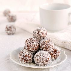 Egészséges kókuszgolyó reggelire Healthy coconut energy balls for breakfast Raw Desserts, Paleo Dessert, Sweet Desserts, Cake Recipes, Vegan Recipes, Dessert Recipes, Cooking Recipes, Healthy Cookies, Healthy Desserts