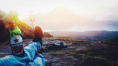 Ada banyak cara nikmati hidup. Salah satunya nikmati matahari dari puncak tertinggi