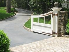 Great simple gate with stone pillars straps in contrasting colors Front Gates, Front Yard Fence, Entrance Gates, Fence Gate, Fencing, Stone Driveway, Driveway Design, Driveway Paving, Brick Columns
