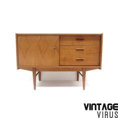 Vintage dressoirkastje met 3 lades en deurtje met prachtige houttekening.  Afmetingen: Breedte: 105 cm Diepte: 41 cm Hoogte: 72 cm