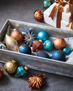 Our Georgetown Ornament Set features a unique color palette of navy, copper, and turquoise hues that pop out beautifully on any foliage. Combine matte and metallic pieces for a striking holiday ensemble. Gold Christmas Decorations, Gold Christmas Tree, Colorful Christmas Tree, Christmas Ornament Sets, Christmas Tree Themes, Christmas Baubles, Christmas Trends 2018, Christmas Mantels, Christmas Villages