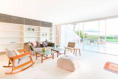 Lo studio Hashim Sarkis ha realizzato delle residenze unifamiliari sulla costa di Aamchit, in Libano, mettendo insieme la tipologia della casa a corte con quella a torre.