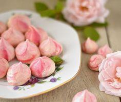 """Rozenwater Meringues, eens écht weer wat anders dan het bekende schuimpje. Het recept voor roze rozenwater meringues met een roze """"swirl""""."""