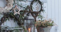 Naturmaterialer....hva skulle jeg gjort uten? Ved inngangen henger stort sett alle kransene jeg har...måtte bare ha med alle for alle... Vibeke Design, Xmas, Nature, Christmas, Navidad, Noel, Natal