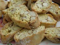 Italiaanse Cantuccini koekjes  - 200 g amandelen (ongezouten) - 350 g zelfrijzend bakmeel - 200 g fijne kristalsuiker - 1 vanillestokje - zout - 3 eieren - 1 sinaasappel