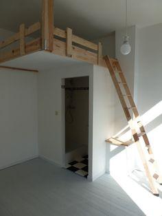 Deur verplaatsen zodat andere kamer of gang meer ruimte krijgt. Op de (niet hoger dan deur) 'inbouw' een hoogslaper bouwen.