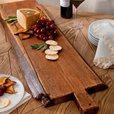Easy Woodworking Projects Anyone Can Do – Hobby Is My Life Diy Cutting Board, Wood Cutting Boards, Wooden Projects, Wood Crafts, Wooden Cheese Board, Cheese Boards, Rustic Table Centerpieces, Wooden Chopping Boards, Wooden Boards
