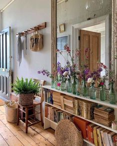 Cozy House, Cheap Home Decor, Entryway Decor, Entryway Tables, Interior Decorating, Decorating Ideas, Decor Ideas, Small Apartment Decorating, Vintage Apartment Decor