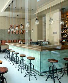 Светильники со стеклянными абажурами в ресторане с необычным интерьером
