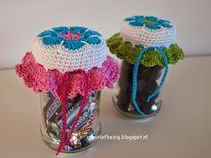 Snoeppotje haken, met beschrijving Crochet Gifts, Diy Crochet, Crochet Jar Covers, Baby Food Jars, Pots, Jar Lids, Elementary Art, Crochet Projects, Free Pattern