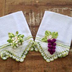 DIY those wall shelves! Crochet Borders, Crochet Motif, Crochet Designs, Crochet Patterns, Bee Crafts, Diy And Crafts, Diy Blanket Ladder, Crochet Elephant, Diy Wall Shelves