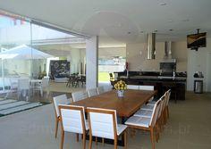 Uma mesa retangular em madeira acomoda até 12 pessoas para as aventuras gastronômicas com os familiares.