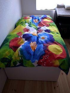 水彩画のような色合いで、まるでファンタジーの世界から抜け出したお花と緑。子供部屋のベッドにも合いそうですね。