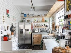 In this modern apartment in Brazil industrial style meets Scandinavian aesthetics. (in Portuguese) Industrial House, Industrial Style, Kitchen Dining, Kitchen Decor, Magical Home, Home Studio Music, Home Budget, Trendy Home, Bars For Home