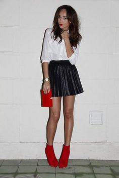 Blouse blanche, jupe plissée en cuir, bottines rouges