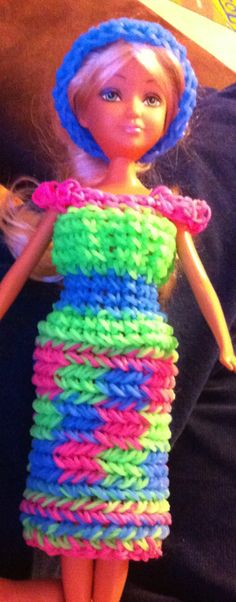 Barbie dress, wonder how difficult this is? Crazy Loom Bracelets, Loom Band Bracelets, Rainbow Loom Bracelets, Loom Love, Fun Loom, Rainbow Loom Patterns, Rainbow Loom Creations, Rubber Band Crafts, Rubber Bands
