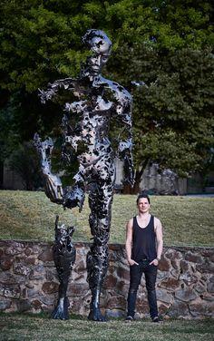 """Il y a déjà deux ans de ça, nous vous présentions le travail de l'artiste Regardt van der Meulen qui vit et travaille à Johannesburg.  Son travail du métal nous avait déjà séduit par sa poésie et sa représentation du mouvement. Sa dernière sculpture se nomme """"I am just the pieces"""" et représente un homme en marche de quatre mètres de hauteur qui semble se décomposer."""