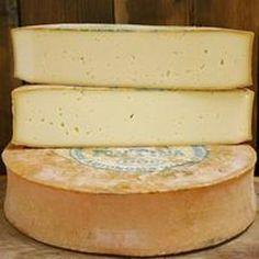 Fontina D'Aosta es un queso italiano elaborado con leche de vaca y producido en Aosta