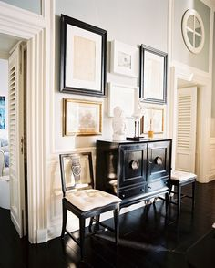OMG - I am in love with this foyer!  The black gloss cabinet is Heavenly.  :-)