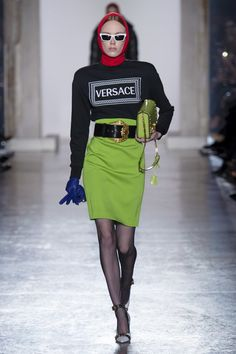 80s glamour and rock'n'roll at Versace: all the best looks and review on Luuk Magazine. https://www.luukmagazine.com/fashion-show-radiography-80s-revival-sulla-passerella-di-versace/