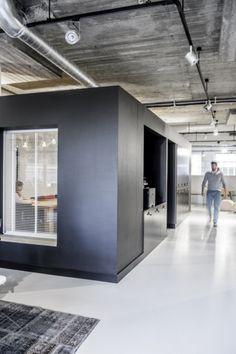 블랙&화이트 미니멀리즘 오피스인테리어 네덜란드 벤 레이에 위치한 하드&소프트웨어 개발 회사.모...
