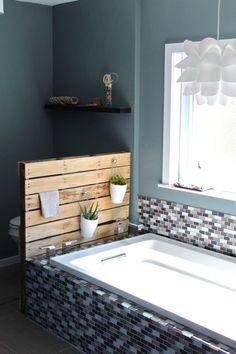 salle de bains avec grande baignoire et carrelage