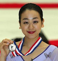 フィギュアスケートのグランプリ(GP)シリーズ第3戦中国杯女子で優勝し、金メダルを手に笑顔を見せる浅田真央=7日、北京 【時事通信社】 (429×450)