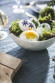 Mit Blüten beklebte Ostereier. #tollwasblumenmachen