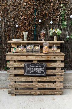 Un joli bar à bonbons avec de vieilles palettes en bois - Le baptême de Sila Jenga, Place Cards, Place Card Holders, Palette, Palette Table, Pallet