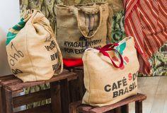 Sac cabas réversible à réaliser soi-même ( #DIY ) à partir d'un #sac à café en toile de jute. Hyper tendance pour l'été.