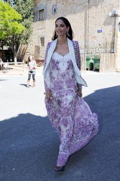 Tamara Falcó con un impresionante vestido nude cuajado de lentejuelas y pedrería. Sobre los hombros lleva una capa de seda en el mismo tono... Dresses, Fashion, Nude Dress, Templates, Cocktail Party Outfit, Slip Dresses, Wedding Dressses, Sequins, Silk