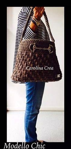 Bolso con punto cesto cogiendo el medio punto por la hebra de atras. Creado por… Bag Crochet, Crochet Baby Boots, Crochet Fabric, Fabric Yarn, Crochet Handbags, Crochet Purses, Crochet Hats, Tunisian Crochet, T Shirt Yarn