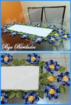 Caminho de mesa modelo vibrante <br>composto por flores e folhas em linha mesclada Duna. <br>1,20 cm comprimento x 0,43cm largura