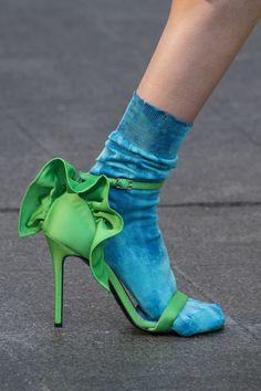 Chaussures printemps-été 2018 - La socquette apparente / chaussure à talons vertes et chaussettes bleues