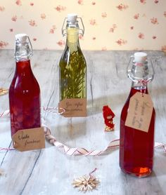 Alcools arrangés maison These homemade liqueurs are quick and original and are perfect as a gourmet gift: liqueur gin apples, raspberry vodka and rosemary gin Diy Cadeau Noel, Smoothies, Gourmet Gifts, Vegetable Drinks, Non Alcoholic Drinks, Jar Gifts, Homemade Gifts, Food Pictures, Parmesan
