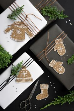 Korkplätzchen - kalorienfreie Geschenkanhänger | ZWO:STE Christmas Gift Wrapping, Christmas Tag, Winter Christmas, Holiday Gifts, Holiday Cards, Christmas Crafts, Christmas Decorations, Winter Diy, Nordic Christmas